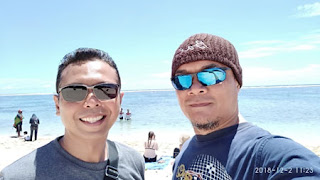Wawan dan Ndock dengan latar Pantai Pandawa Bali