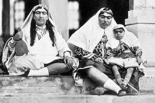Η μια γυναίκα της φωτογραφίας είναι η σύζυγος του Σάχη Νασρεντίν και η άλλη ανήκε στο χαρέμι του. Γιατί παρά την ανδροπρεπή εμφάνιση και την τριχοφυΐα θεωρούνταν όμορφες (φωτο)