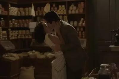 Inês e Carlos aos beijos na novela Éramos Seis (Foto: Reprodução)