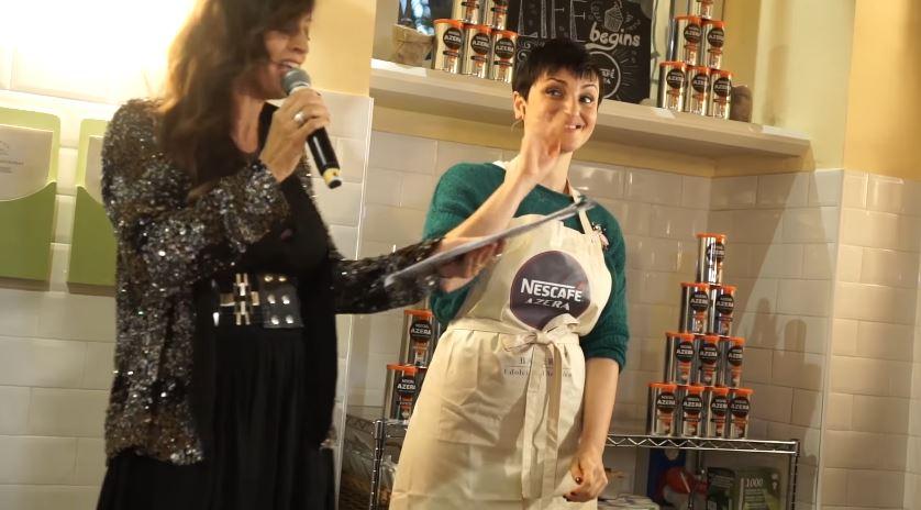 Cantante Nescafe Azera pubblicità con Arisa con Foto - Testimonial Spot Novembre 2016