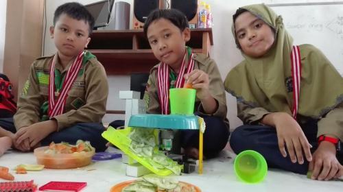 Anak SD Di Surabaya Ciptakan Robot Pemotong Sayur