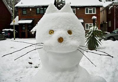 Gut gemachtes Schneemann Gesicht - Kronkorken als Augen lustig