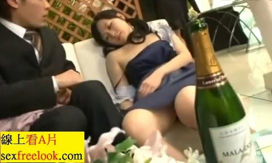 婚宴現場伴娘喝醉酒被男士帶到樓梯口強姦!中文!