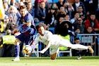Até sem chuteira: Messi deu assistência contra o Real sem calçado em um dos pés