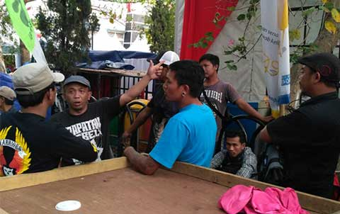 pedagang protes kepada eo harjad kabupaten kuningan
