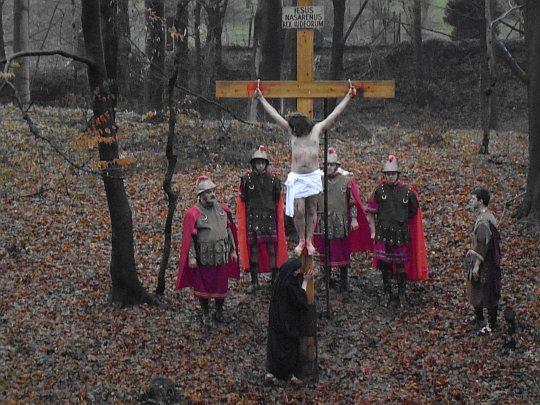 Pod krzyżem, u stóp Chrystusa pojawia się jego Matka