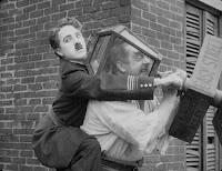 """Кадр из фильма Чарли Чаплина """"Тихая улица"""" (1917)"""