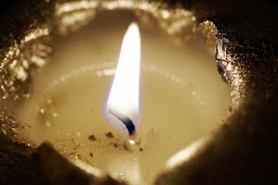 Πώς αφαιρούμε το κερί από επιφάνεια τραπεζιού ή τα ρούχα μας;
