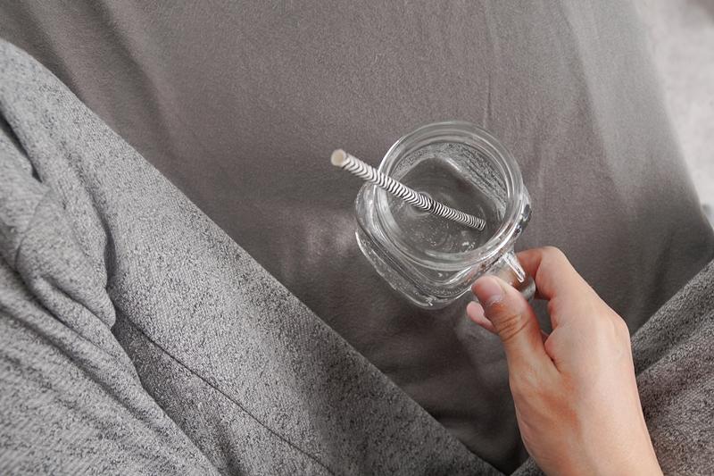 Herbsttag in Jogginghose mit Wasser im Henkelglas