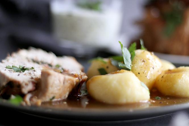 Oster-Putenbraten mit Rucola-Schinken-Füllung und schlesischen Kartoffelklößen / Mo'Beads / Monika Thiede