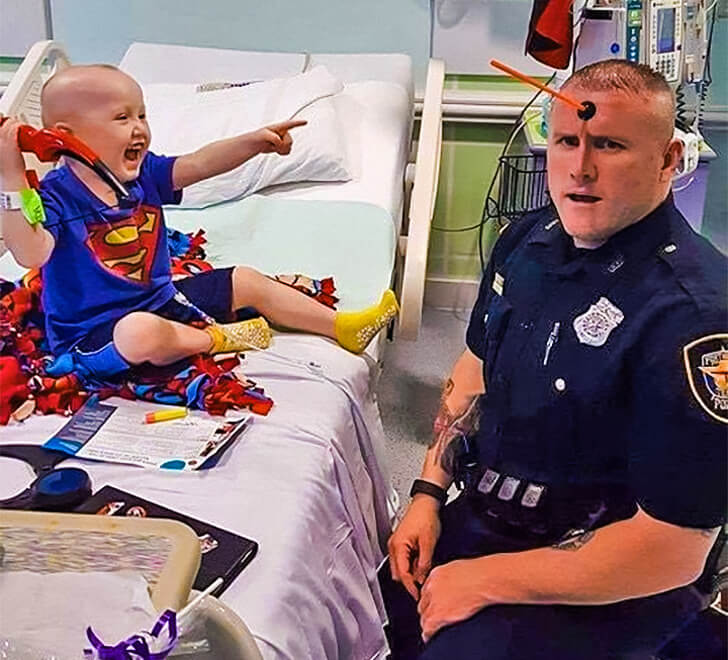 25 Heart-Melting Pictures That Made Even The Toughest Of Us Cry - The policeman supporting the patient