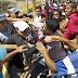 VÍDEO: Chavistas y Opositores se enfrentan a golpes por referendo contra Maduro