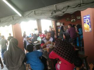 Pelanggan Laksa Telur Goreng Bersarang di Bandar Seri Botani Ipoh Perak