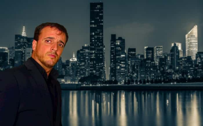 A. Carlos González, Manhattan, finanzas personales, edificios noche,