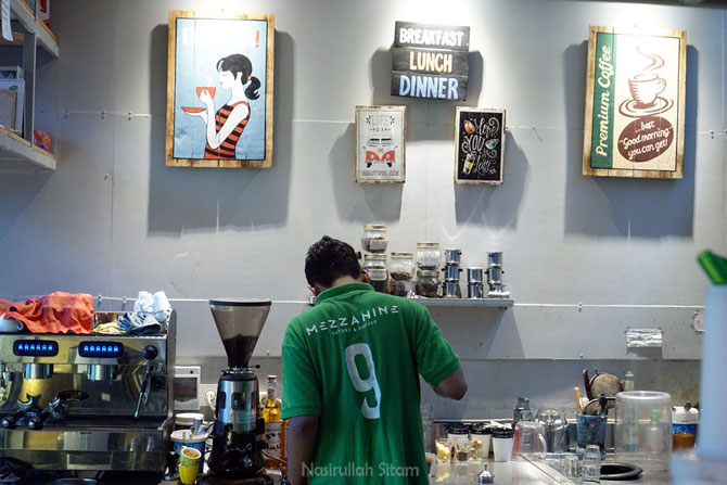 Barista sedang menyeduh kopi