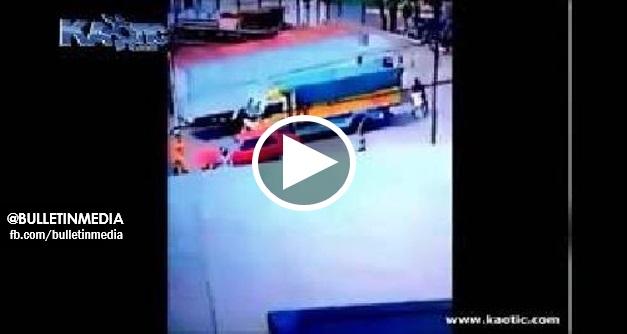 [VIDEO] NGERII!! Rakaman Penunggang Scooter Di Langgar Keretapi Di Lintasan Tidak Berpagar. Sape Yang Lemah Semangat JANGAN Tengok