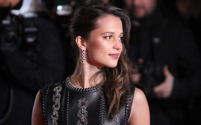 BAFTA AWARDS 2016, Louis Vuitton Jewellery, diamond earrings, drop earrings, Alicia Vikanda