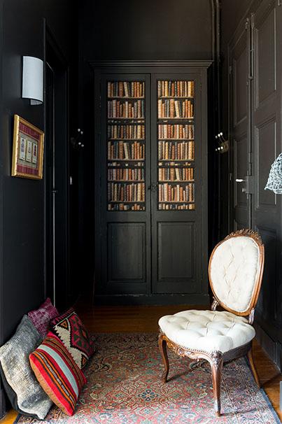 décoration blanc et noir murs noirs chaise blanche bibliothèque noire