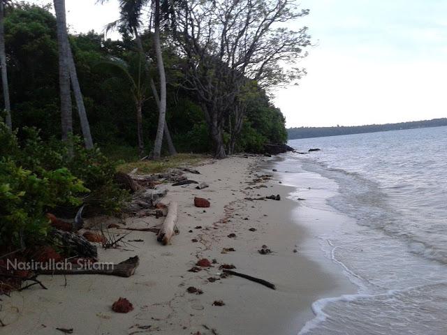 Santai di pantai Ujung Tong Kemujan