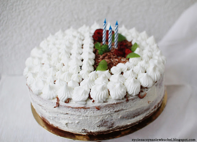 Tort śmietanowy z czarną porzeczką