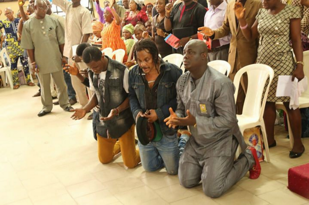 Nigerian reggae legend, Majek Fashek storms Lagos church, kneels for prayers [pictured] 2