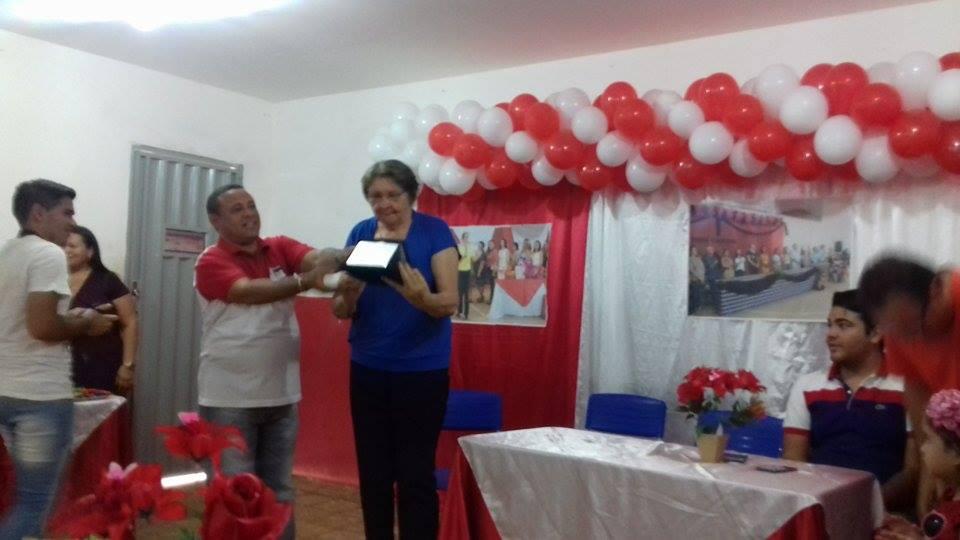Prefeita de Nova Olinda/PB é homenageada por funcionários e professores da Escola Genésio Pinto Ramalho