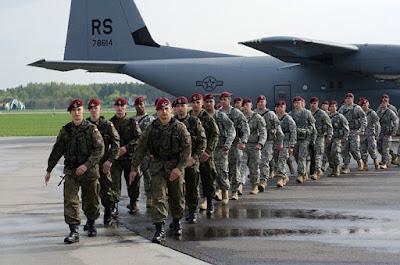 Paracaidistas a su llegada a PoloniaU.S. Army