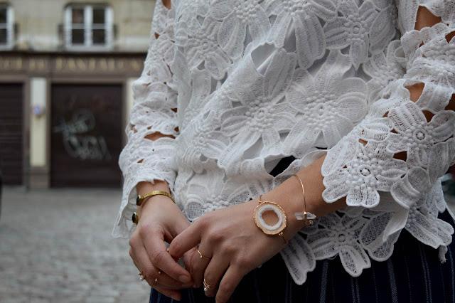 detail bijoux et top