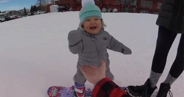 Tierno bebe enamora practicando snowboard
