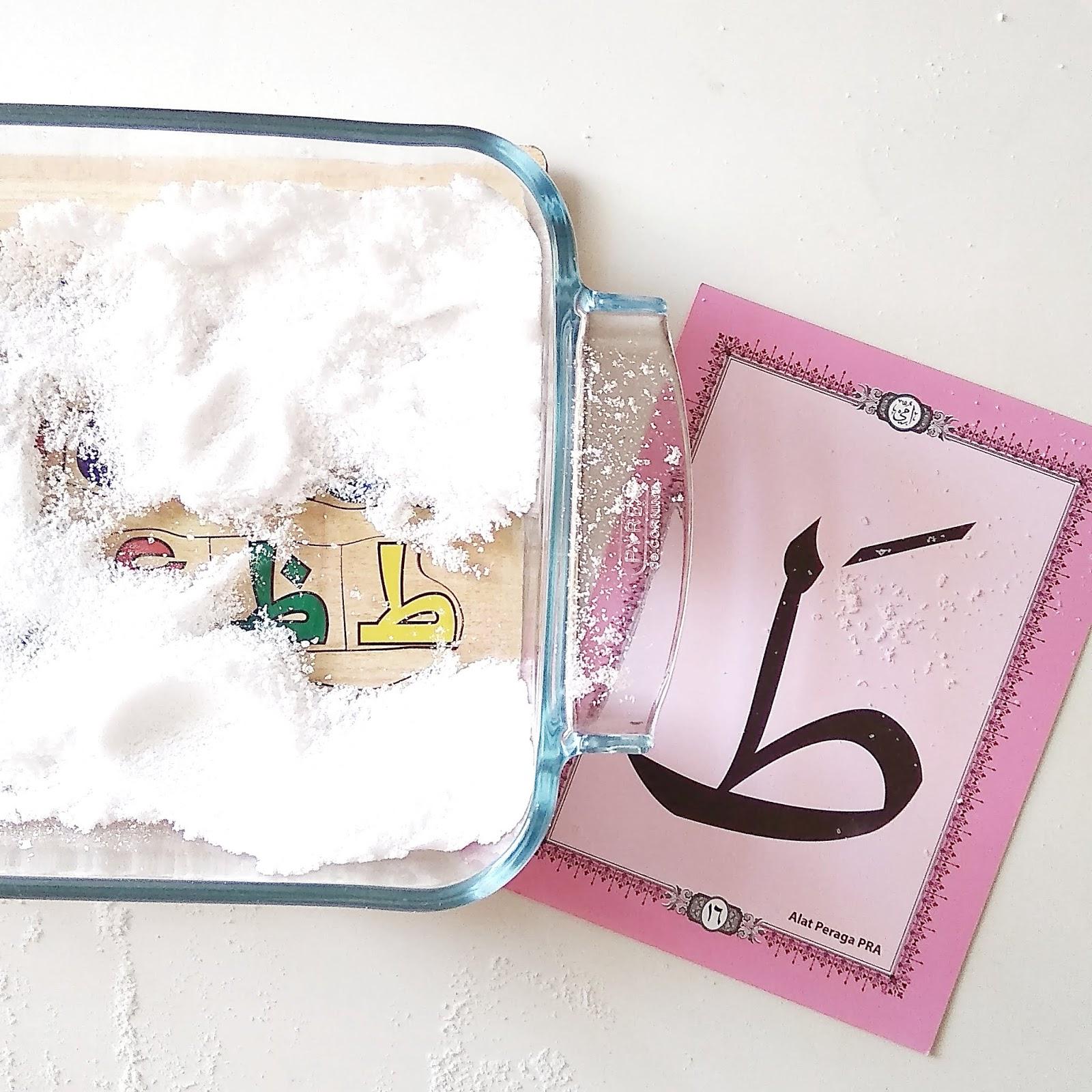 Selain untuk huruf besar kecil wadah kaca & garam ini juga saya gunakan untuk mengenalkan huruf hijaiyah pada Aliyah Kebetulan Aliyah punya puzzle huruf