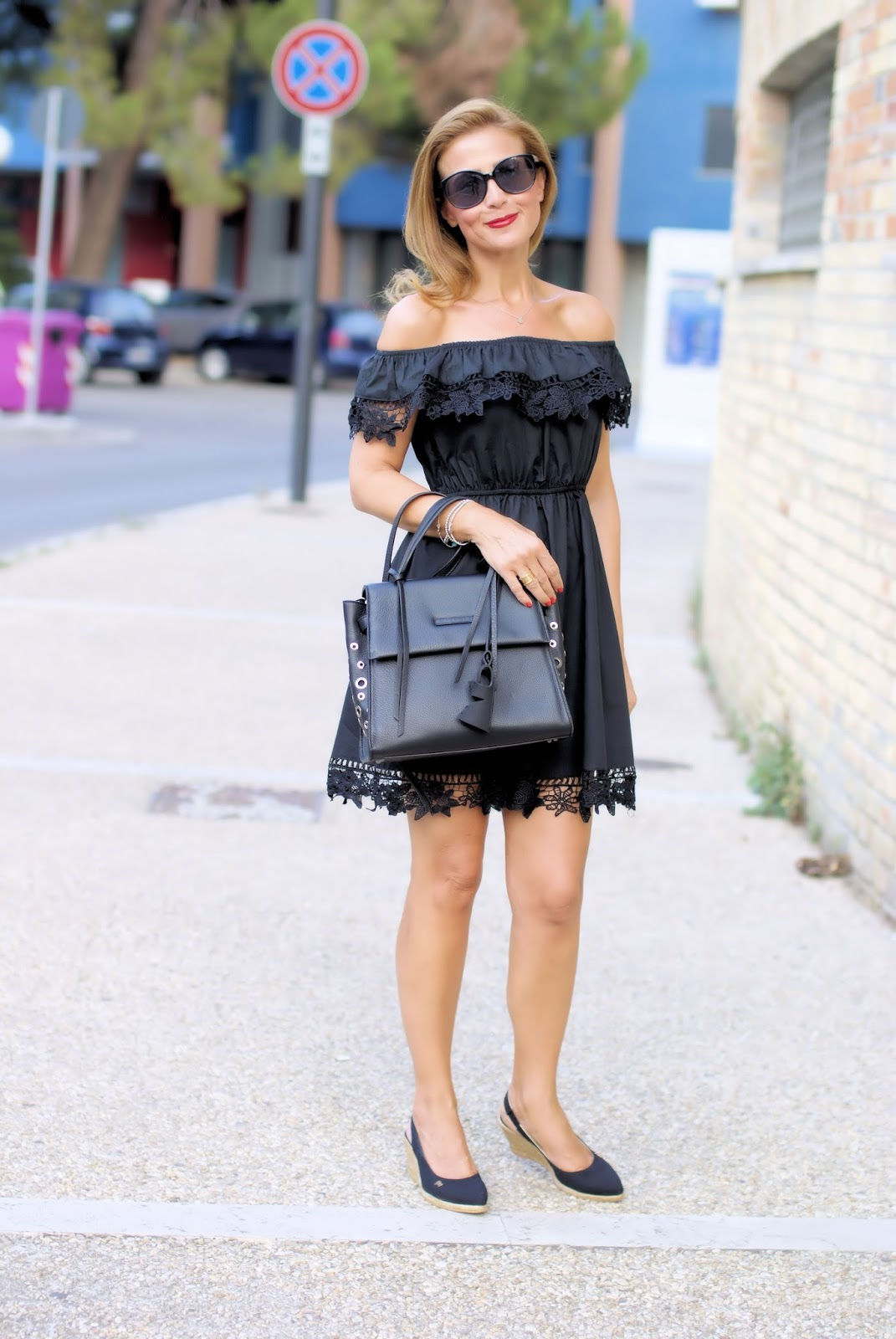 total black outfit Malloni bag and Viscata shoes on Fashion and Cookies fashion blog, fashion blogger