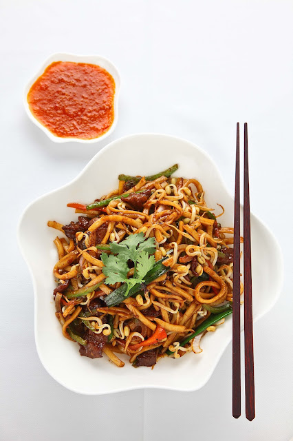 Stir fry udon noodle in black pepper sauce-
