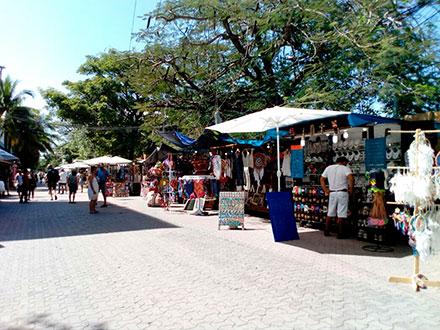 Expediente Quintana Roo: Ambulantes acosan a turistas en Quintana Avenida  de Playa del Carmen; Ayuntamiento sin solución