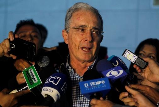 """Uribe pide a Santos que nuevo acuerdo no sea """"definitivo"""""""
