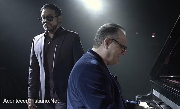 """Marcos Witt canta con banda La Mafia """"Decir a Dios""""."""