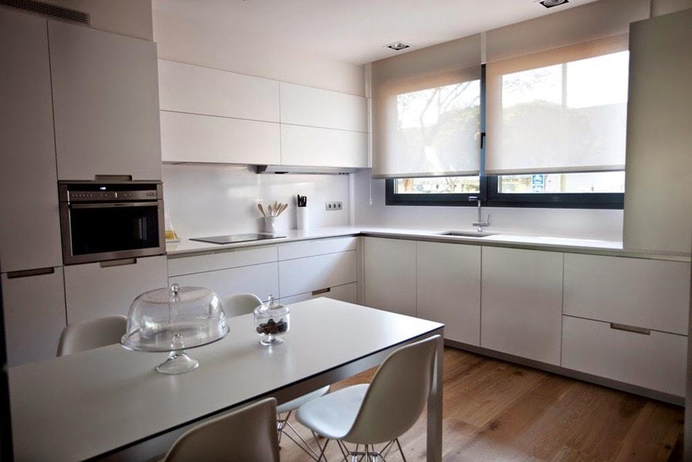 Con el fregadero bajo la ventana cocinas con estilo - Cocinas azules y blancas ...