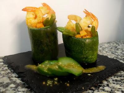 Calabacines rellenos con verduras y langostinos.
