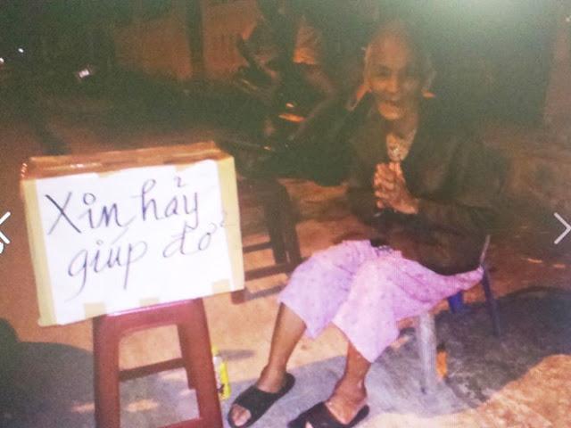 Người mẹ già cùng chiếc quan tài con trai bên vệ đường xứ Huế