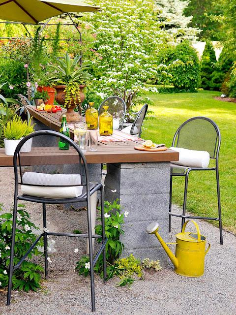 طاولة من طوب البناء