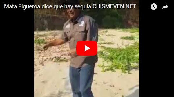 Carlos Mata Figueroa muestra que el río está seco y por eso no hay luz