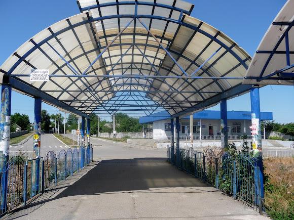 Васильковка. Пассажирский павильон на железнодорожной платформе и автостанция