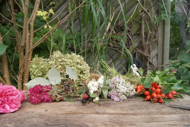 Material für Herbstgesteck Hortensien Brombeeren Hagebutten Rosen