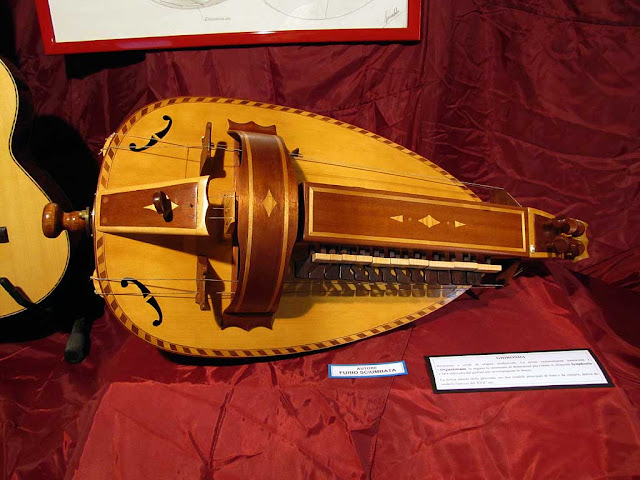 Ghironda, hurdy gurdy, lutherie workshop, Furio Sciumbata, Livorno