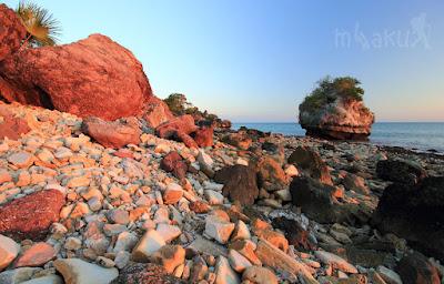 Warna-warni batu di pantai Batu Burung