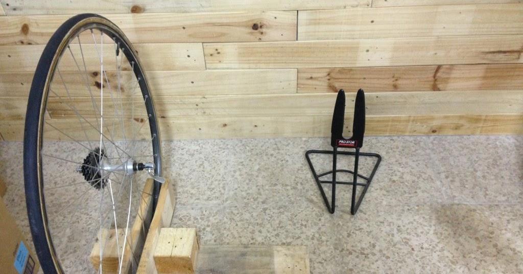 Le v lo calme manos a la obra vi soportes para bici en for Soporte para bicicletas suelo