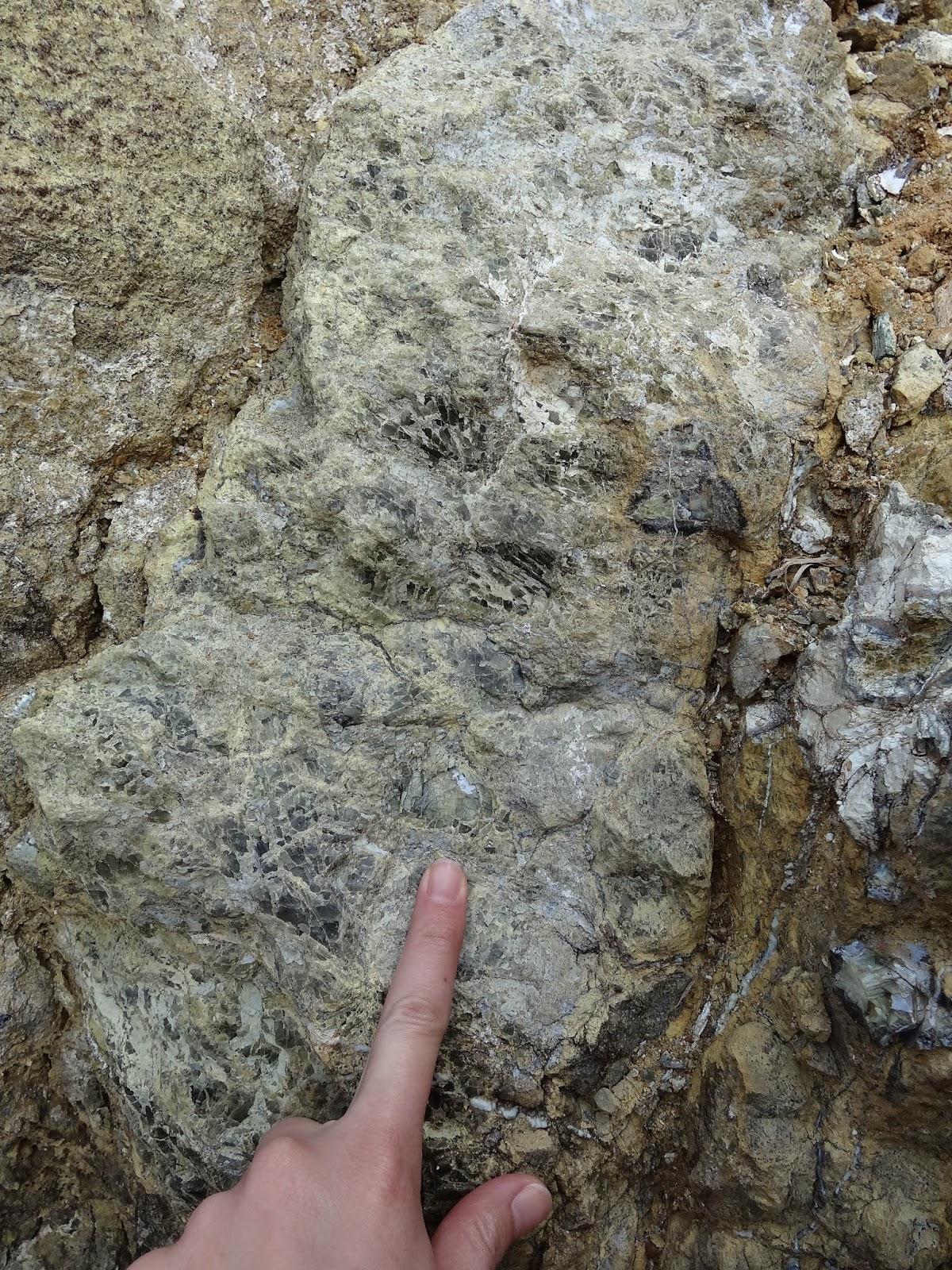 Quặng peridot trong mỏ Pyaung-Gaung. MinBlog