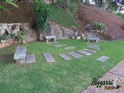 Bancos de pedra com pedra folheta com os caminhos de pedra folheta no jardim.