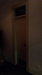 Puerta en habitación a oscuras