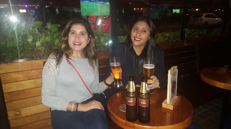 Tomando uma Club Colômbia (cerveja tradicional no país) no Bier Market, localizado na Zona T de Bogotá