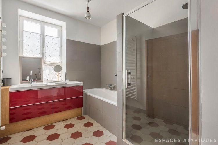 baño con detalles en rojo